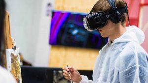 kambeckfilm mann mit VR Brille malt etwas