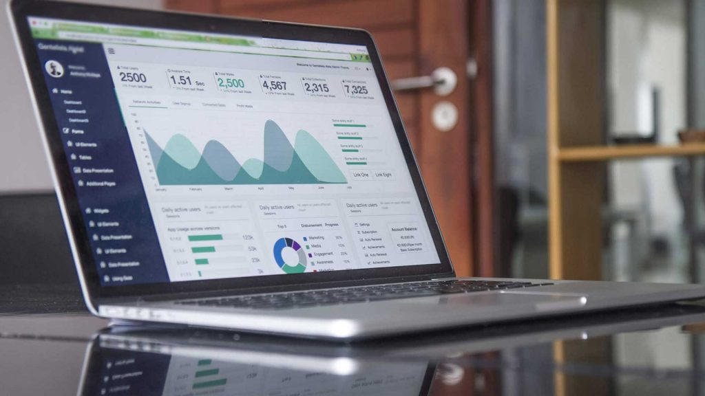 Laptop mit Analytics daten auf Schreibtisch