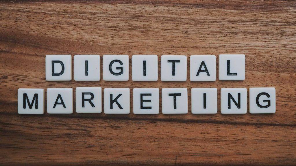 Schriftzug Digital Marketing mit Scrabble Steinen auf Tisch gelegt