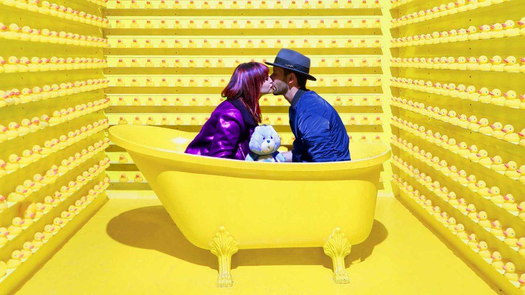Frau und Mann in gelber Badewanne